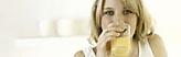 Bildmarke Ernährung - Eine junge Frau trinkt aus einem Glas