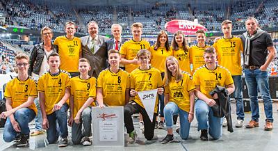 Der Siegerverein HSG Rodenstein zusammen mit Peter Lang (stellv. Leiter BZgA) und Andreas Michelmann (DHB-Vize Amateur- und Breitensport) bei der Urkundenübergabe in Mannheim